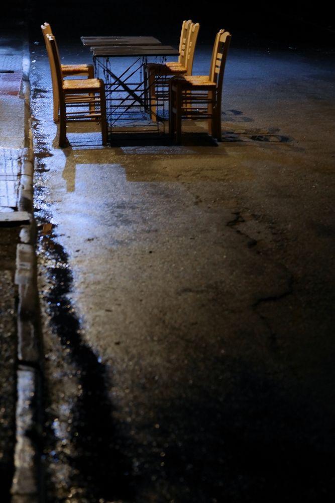 Καρέκλες στο δρόμο μετά τη βροχή. Οδός Ερνέστου Εμπράρ.  (Φεβρουάριος 2017)