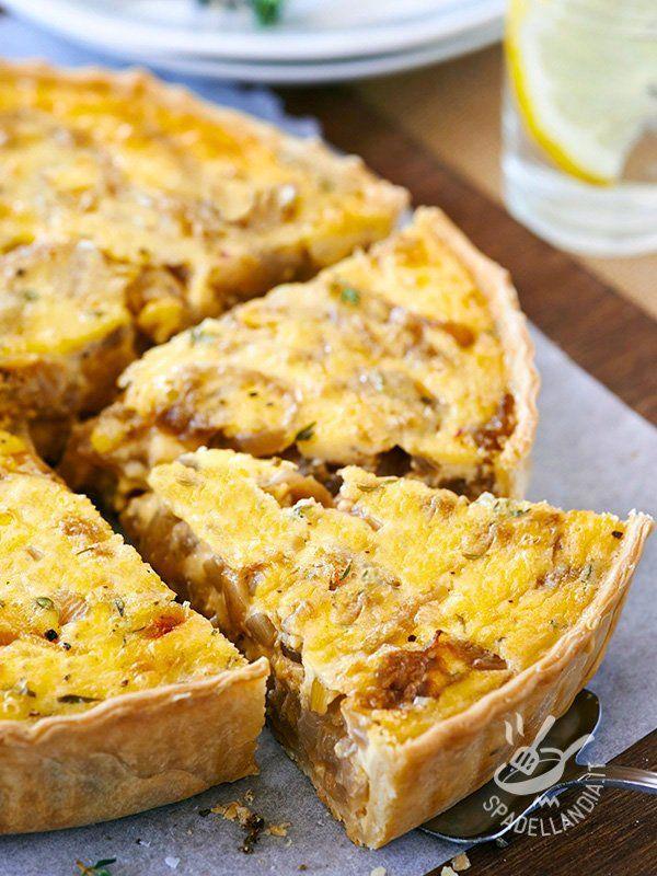 Savory pie with mushrooms and onions - Potete preparare la Torta salata di funghi e cipolle, rustica e gustosa, con l'impasto pronto o con la pasta brisée, della quale trovate la preparazione. #tortasalatadifunghi
