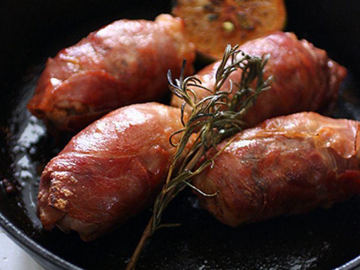 腸詰めしない簡単な自家製ソーセージ作りには生ハムを使うとちょっといいかも。かなり粗挽きなお肉に、ありもののスパイスやハーブを適当に混ぜ合わせたパテを、生ハムで包むだけ。かなりしっかり食べ応えがある感じの肉料理になりますよ。
