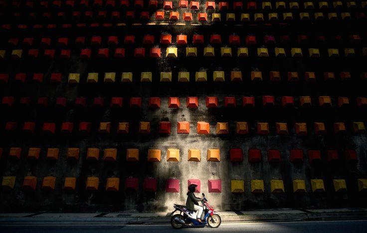 May 2014 - Kuala Lumpur, Malesia Un motociclista passa davanti ad un muro decorato a Kuala Lumpur, Malesia. Secondo uno studio dell'Università del Michigan la Malesia è tra i venti paesi più pericolosi del mondo per gli automobilisti e motociclisti