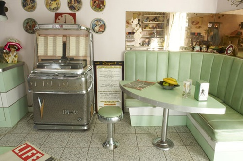 50s style Home ,,omg juke box in the kitchen!!!  So freakin awesome