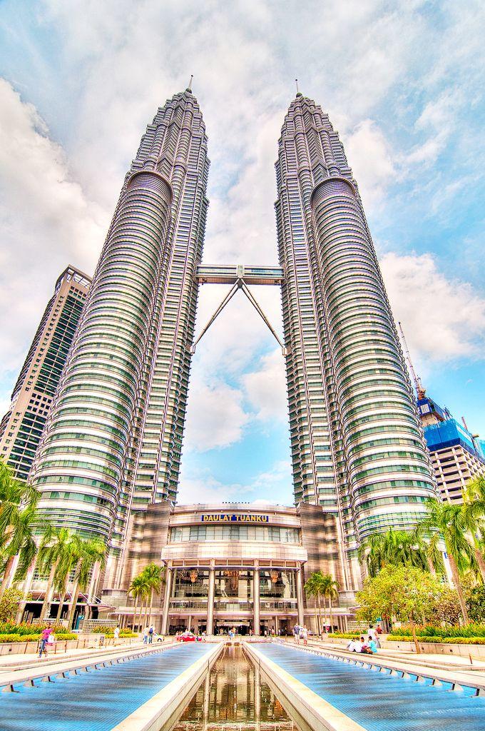 """Tháp đôi Petronas sừng sững giữa trời Kuala Lumpur  ------------------------------------------------------------Đại lý vé máy bay chính thức Bảo Gia Trần Cung cấp vé máy bay giá tốt nhất trong chương trình """"Khám phá hơn 100 điểm đến khắp châu Á và Úc với giá vé hấp dẫn"""" của AIR ASIA www.baogiatran.vn www.facebook.com/baogiatran.dailyvemaybaychinhthuc"""