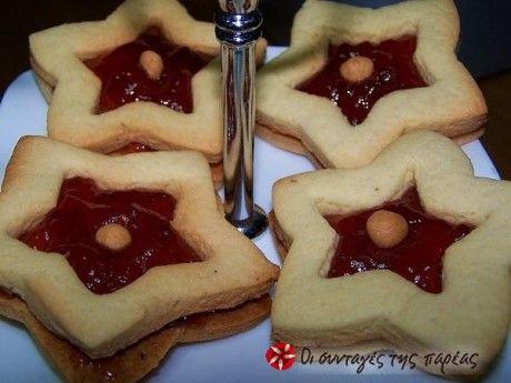 Αφράτα μπισκότα με γέμιση μαρμελάδας.