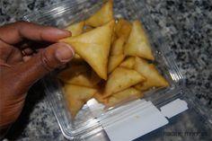 Dans leur présentation d'un menu comorien Kathy et Nashrat ont fait des samboussas, que voici ! Le samboussa comorien s'est inspiré du samoussa indien. Mais aujourd'hui ce petit gâteau triangulaire a fait le tour de la planète et a adopté tous les goûts pour faire plaisir à tous les palais.