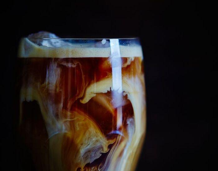 Mangler du en nem opskrift på den perfekte iskaffe? Denne opskrift byder på cremet iskaffe med bl.a. fløde og kondenseret mælk. Spæd evt. op med vaniljeis!