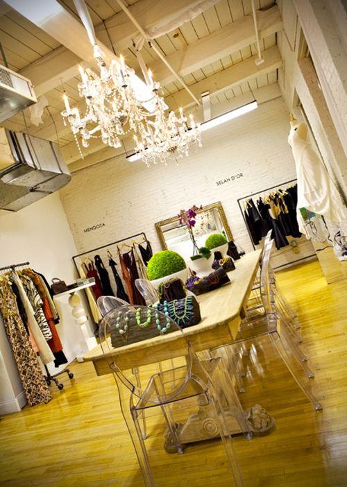 Carlos: tienda de ropa de estilo simple y extravagante, como el diseño de sus vestimentas.