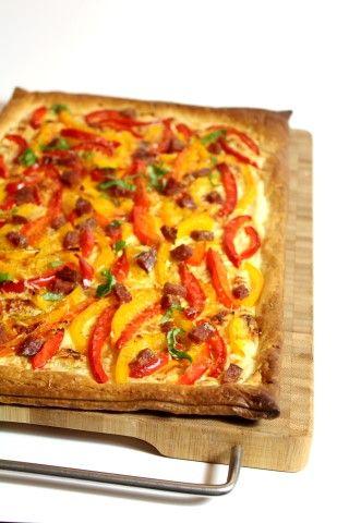 Paprika plaattaart met chorizo - Soms heb zelfs ik niet zoveel tijd om in de keuken te staan. Een plaattaart met paprika zoals deze is dan ideaal! :D