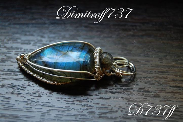 "Pendant ""Magnetism"" Materials used: 27.80 CT Natural Labradorite and silver-plated copper wire jewelry"