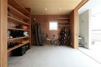 趣味を楽しむ土間の家 (玄関側から趣味室を見る)