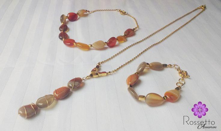 Hermoso juego de collar largo, gargantilla (se pueden usar juntas o separadas) y pulsera en agata (piedra natural) y oro goldfield. Cadenas en acero. Whatsapp: + 57 310 722 9082.