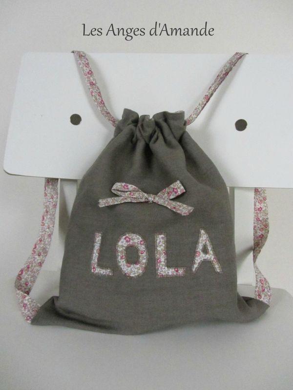 Tuto sac à dos doublé. Patron de couture gratuit, français pour réaliser un sac à dos pour enfant. Inscrivez son nom dessus :)