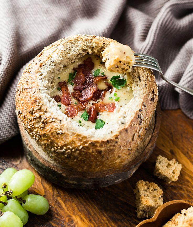 Fondue au fromage dans un bol de pain | Recettes d'ici
