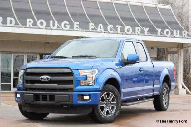 Si nous avons visité le musée Henry Ford de Dearborn, dans le Michigan, lors de notre voyage dans la région des Grands Lacs, nous n'avons malheureusement pas eu le temps de visiter l'usine. Nous comptons y remédier lors de notre prochain séjour. La visite de l'usine Ford Rouge, située elle aussi à Dearborn, à moins de 14 km du centre-ville de Détroit, permet de voir comment le châssis d'une camionnette Ford F-150 devient un véhicule fonctionnel prêt à être commercialisé.