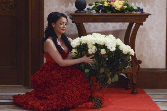 "Andreea Mantea, surprinsa cu un buchet de peste 100 de trandafiri albi: ""Nu l-am putut tine in brate, la propriu!"" on http://www.fashionlife.ro"
