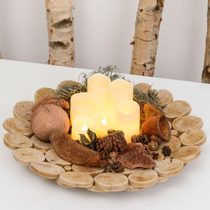 Centrotavola fai-da-te per la tua tavola in Autunno: un piatto in legno decorato con candele led, pigne e funghi secchi