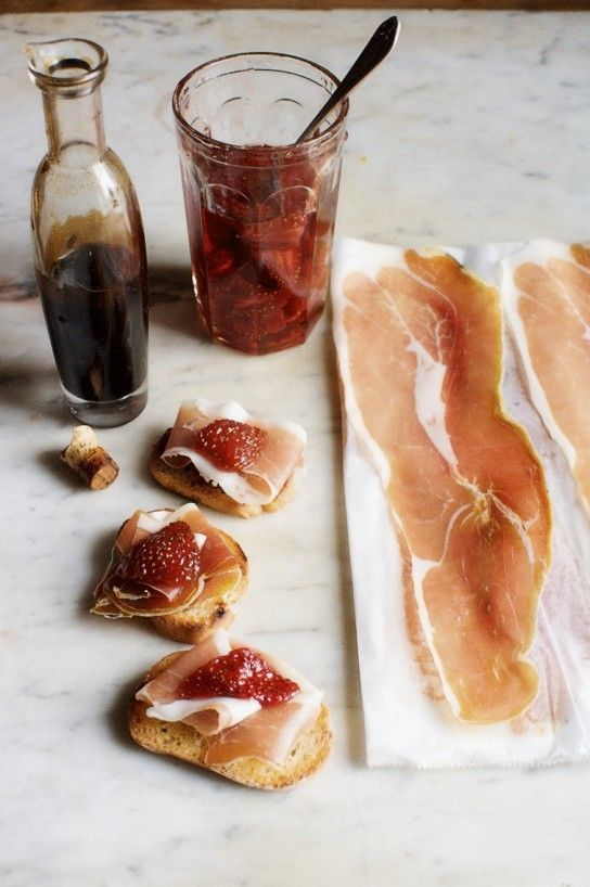 Crostini with serrano ham, strawberry preserves and balsamic vinegar. A no-fuss appetizer, no cooking required.