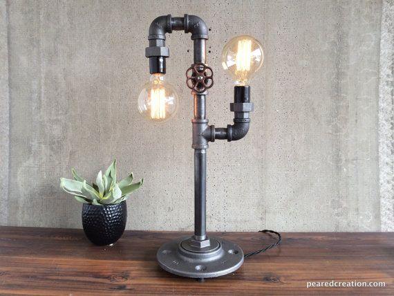 Esta lámpara es una solución de iluminación única con muchas aplicaciones. Una manija de grifo giratorio sirve como un interruptor para encender y apagar la luz, una nueva característica estamos entusiasmados!  Una 40 vatios bombilla Edison Tubular cuelga de la añada estilo cable y ofrece sutil pero brillante luz ambiental.  Esta lámpara está hecha de tubos de hierro de estilo industrial. La lámpara vintage es fácil para que cualquiera pueda cambiar. La energía es suministrada por un cordón…