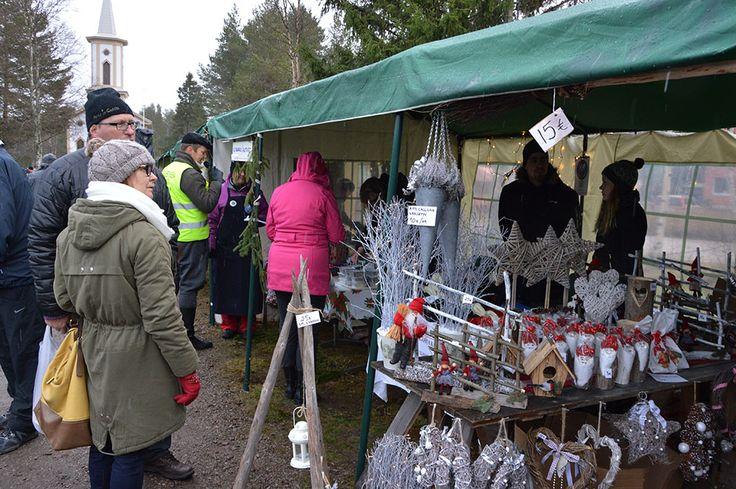 Joulumarkkinoilla on myynnissä monenlaisia käsintehtyjä joulukoristeita. Erilaiset kranssit ovat vuodesta toiseen kestosuosikkeja. Luuppi, Oulu (Finland)