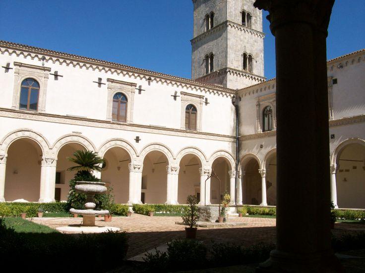 Chiostro dell'Abbazia di San Michele a Montescaglioso.