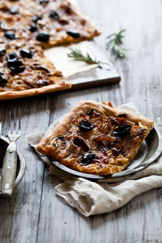 PISSALADIÈRE.......Une spécialité de la cuisine niçoise, ce plat à pizza est servi avec des apéritifs. Pâte à pain est roulé et pressé dans un plat rectangulaire badigeonné d'huile d'olive. Un mélange d'oignons, cuits dans de l'huile d'olive locale et presque caramélisés avec une pincée de pissala, est étalé sur la pâte, et surmonté d'une croix de criss de filets d'anchois et d'olives niçoises........PARTAGE DE JOAN ANDERSON...........