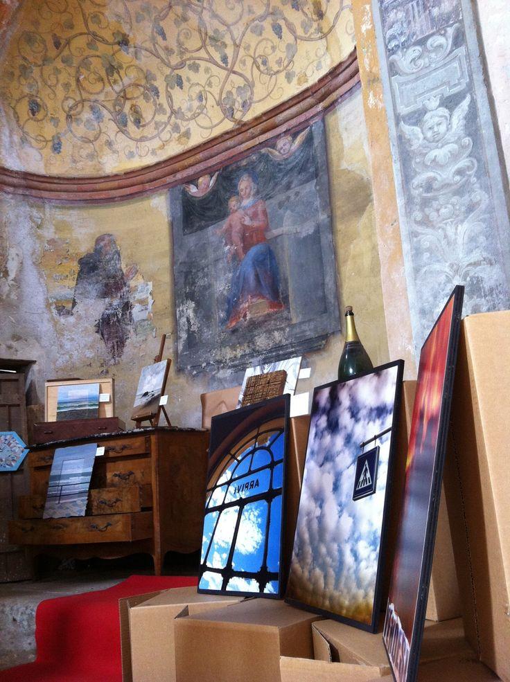 Ad #Azzate (Va) la chiesa sconsacrata di S.Antonio (del 1300) accoglie una mostra fotografica/pittorica di Elena Gallazzi in occasione di un aperitivo benefico dell'associazione Bios di Azzate