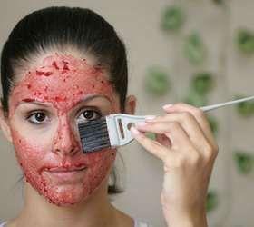 Errado: não aplique a pasta na área dos olhos. Por ter a pele mais fina, a região pode irritar Foto: Gis Ciasca