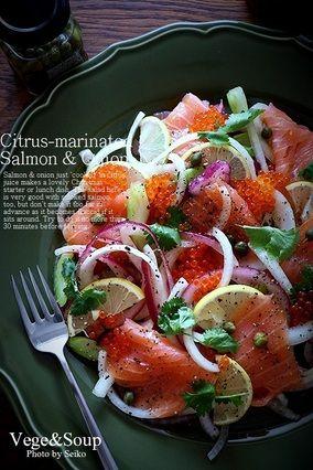 【Easy Recipe】オレンジとレモンのW使いが決め手♪ スモークサーモンとたまねぎの超簡単マリネ|レシピブログ