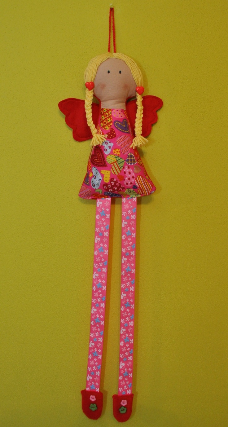 """Sponkovník : """"sponková andělka"""" Sponkovník """"sponková andělka"""" je ušita z bavlněných látek, filcu, vyplněná dutým vláknem, ozdobena knoflíčky :-) Na stužkové nožky se vejde mnoho sponeček. Délka nožek je 35 cm, celková délka sponkovníku je 68cm."""