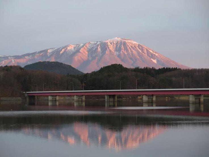 今朝の盛岡市・御所湖から、湖面に映りこむ朝焼けの紅い鏡岩手山をもう1枚。