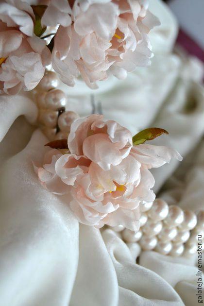 Цветы из шелка.Шпилька Пион. Украшение из натурального шелка в виде цветка пиона закрепленного на шпильке, нежного кремового цвета.