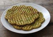 I waffle agli asparagi sono delle gustose cialde preparate con uova, asparagi e farina di riso. Sono senza glutine e perfetti anche per un pranzo fuori casa