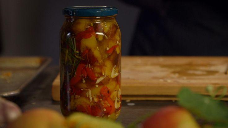 Ingemaakte paprika's op olie uit de aflevering 'Inmaken en wecken'. Voor meer…