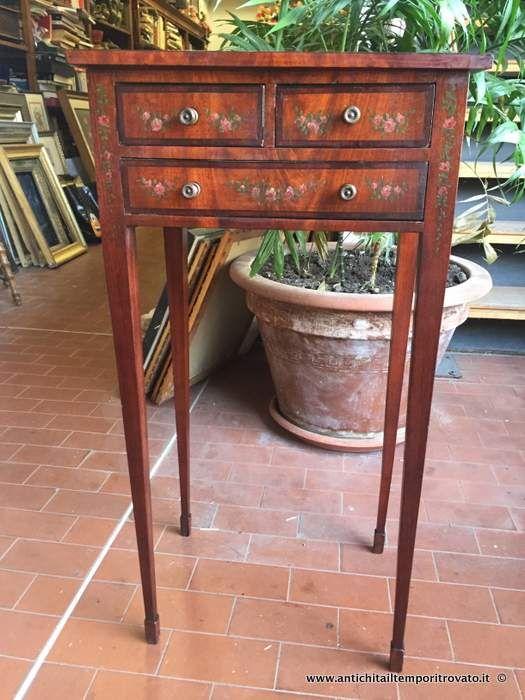 Mobili antichi - Tavoli e tavolini Antico tavolino dipinto a mano - Delizioso tavolino con decori floreali Immagine n°1
