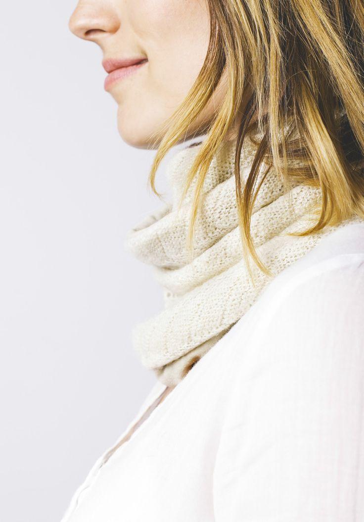 Cuello doble de algodón beige. Tejido de lana con reverso de algodón. Tejido a mano en España. Descubre más en nuestra tienda online! www.decamino.info