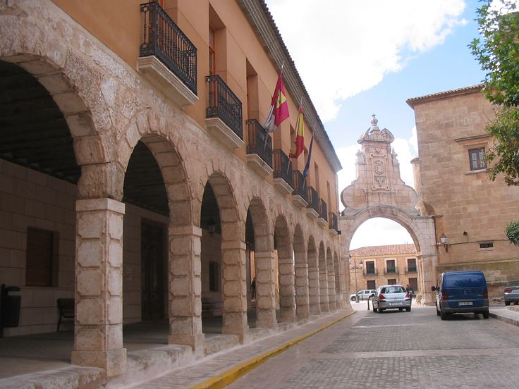 Uniendo la Iglesia Parroquial y El ayuntamiento el Arco Romano, que pese a su nombre no es tal sino barroco, del siglo XVII