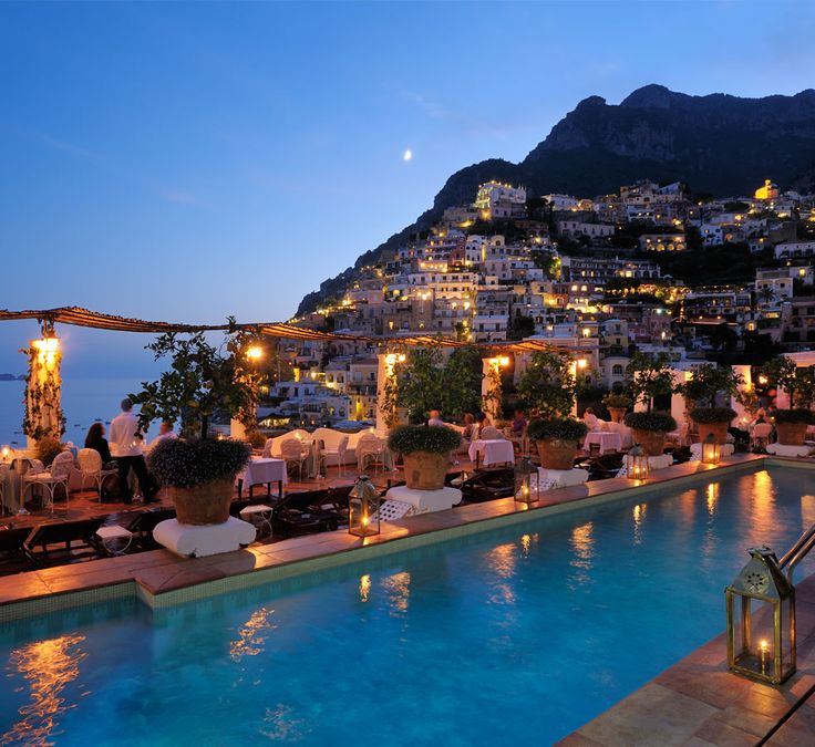 Located at the center of the village of Positano, on the Amalfi Drive, 50 km from Naples, Le Sirenuse is a wonderful place from which to enjoy the simple pleasures of Positano and the spectacular Amalfi Coast. Luxury Boutique Hotel Le Sirenuse in Positano, looks fab!