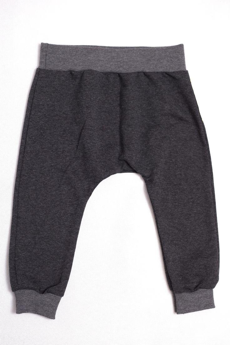 Cruz / Spodnie grafitowe. NOWOŚĆ! modne i bardzo wygodne spodnie wykonanae z miękkiej i przyjemnej w dotyku dzianiny dresowej, o luźnym kroju z obniżonym krokiem, średniej grubośći, idealne na chłodniejsze dni