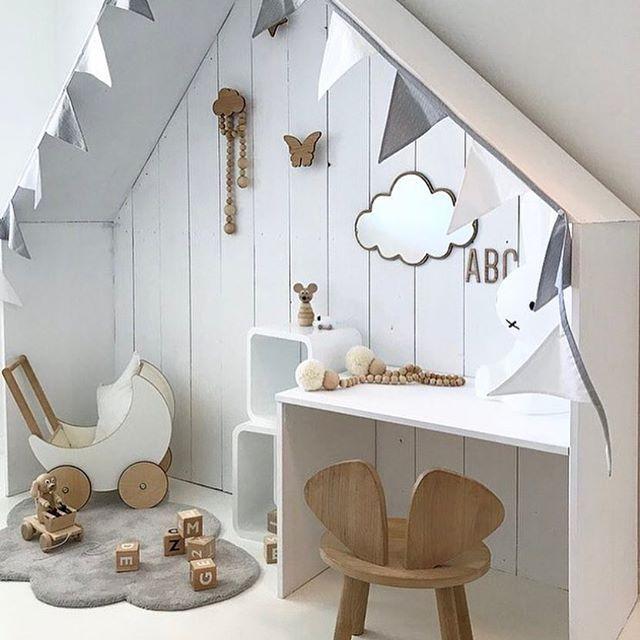 Tässä on tosi kiva idea piirtely- ja leikkinurkkaukseksi! Simppeli, mutta tuo heti mielenkiintoa vaaleaan lastenhuoneeseen @nr13b -got inspired, thank you Siv   #lastenhuone #lastenhuoneensisustus #sisustus #idea #inspiraatio #inspo #kidsinterior #kidsinspo #barnrum #barnrumsdetaljer #valkoinen #valkoinenkoti #whiteinspiration #whitehome #leikkipaikka #lapsille