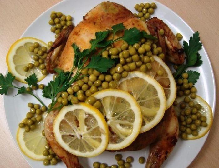 Фаршированная яично-луковой начинкой с манной крупой курица, запеченная в духовке
