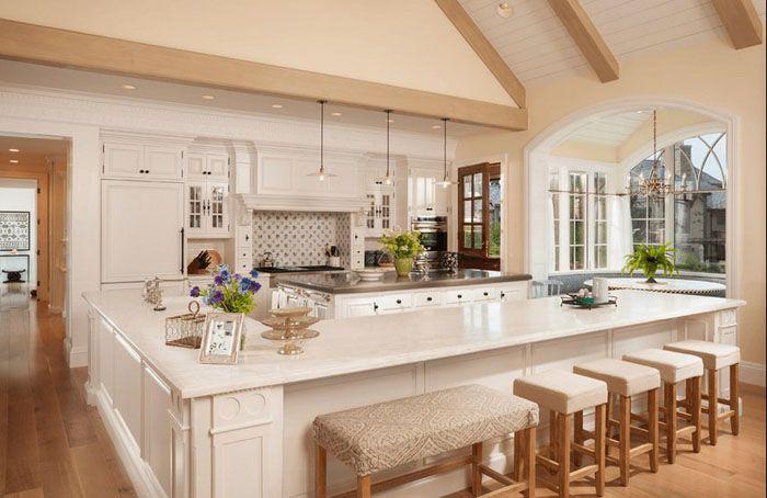белый кухонный остров с дополнительными сиденьями