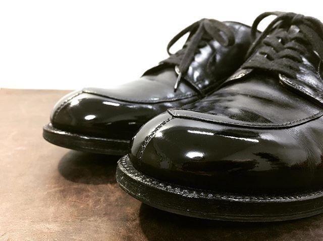 2018/01/02 23:57:01 migaki_hayashida #alden #オールデン  画像とは関係ありませんが、靴磨き日本選手権大会が1月27日に控えております。大会当日はスコッチグレインの靴を磨くとのことなのですが、土地柄&季節柄スコッチグレインの磨きの依頼がとても少ないです。ですので、25日ぐらいまでスコッチグレインの靴に限り無料にて磨かせて頂きたいと考えております!仕方ない、磨かせてやるか、、と思って下さった方は是非ご連絡をお願い致します!郵送での対応も致します。さすがに往復の送料はご負担をお願い致しますが、全国の方からのご依頼もお待ちしておりますので良かったらご検討下さい!ご依頼はDMにてお願い致します。ご協力頂けたら嬉しいです。 【イベント告知】  1月13日(土)真心WorksCompany in 旭川緑橋ビル2号館 コミュニティスペース 11時〜19時  出店者 @migaki_hayashida @radbirth_leather_r.b.l @giogiomaker99…