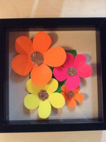 Hjemmelavet billede med blomster i neon farver