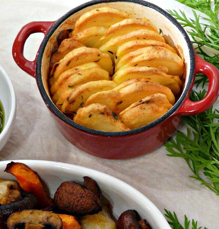 Aardappelgratin zonder room, of hasselback aardappelen in een schaaltje. Een heerlijk bijgerechtje, makkelijk voor te bereiden, met specerijen en knoflook.