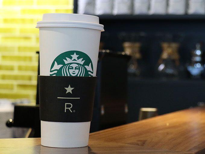 Desde que llegas sabes que no estás en un Starbucks común. Sobre Masaryk un edificio acogedor te invita a entrar por un café. Es una antigua casa de 1930 con tres pisos y más de 530 metros cuadrados, y dentro de ella encuentras siempre el espacio que necesitas.En el primer piso están los baristas, y la barra que hace de este Starbucks un lugar Reserve. Lo notas en el aroma del lugar, el café Premium que sirven en este lugar es una colección de granos arábicos, exclusivos y exóticos.