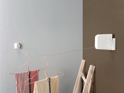 STOK laundry(ストック ランドリー)は、レールに本体を引っ掛けて使用する室内物干しロープです。 洗面脱衣所などの狭小スペースで有効利用できるよう、斜め掛けが可能で、取り外しが簡単なデザインにしました。 洗濯機まわりに設置すれば、取り出した洗濯物をちょっと掛けておいて、干す準備作業も効率的に行えます。 またレールは、本体を取り外すことで、ハンガーやタオルなどが掛けやすいデザインになっています。