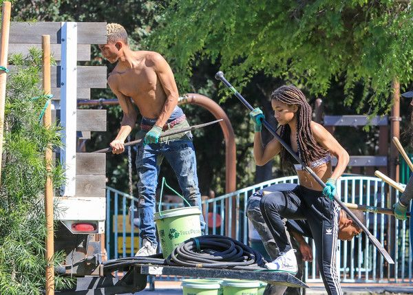 Willow Smith Photos Photos Jaden Smith Plants Trees With Sister Willow And Girlfriend Odessa Adlon Willow Smith Jaden Smith Will Smith And Family