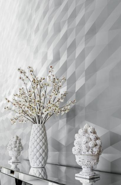 """Triângulos justapostos em terceira dimensão proporcionam o belo efeito visual da linha """"Dyamante"""". O efeito visual, como o próprio nome da linha remete, é semelhante ao de prismas e também é totalmente convidativo ao toque de quem vê os revestimentos. Este ambiente foi projetado pela arquiteta Artemis Fontana."""