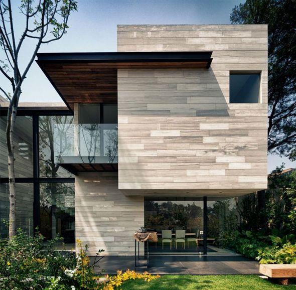 Découverte ce matin de cette charmante maison réalisée par les architectes mexicains de Taller Héctor Barroso. Très géométrique et formée de plusieurs modules au revêtement bois clair, la résidence abrite des pièces spacieuses et lumineuses grâce à de nombreuses baies vitrées réparties sur les deux étages.
