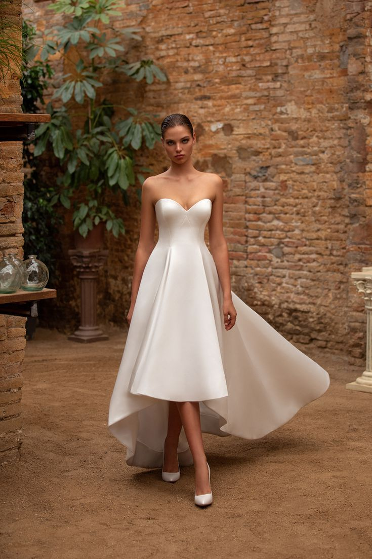 This Royal Inspired Zac Posen S New Bridal Collection With White One Strapless Wedding Gown Civil Wedding Dresses Wedding Dresses [ 1103 x 735 Pixel ]