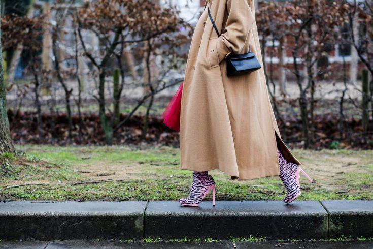 """Anh Thu Pham (25) studeert aan de patroontekenacademie Rotterdam. Ze draagt een vintage jas van Burberry, trui American Vintage, rok van Gesponnen Suiker en schoenen van Kenzo. Haar stijl is vooral kleurrijk, niets matcht. Verder is er niet een specifieke stijl, als er maar kleur in zit. """"Ik ben bijna niets zwarts in mijn kast. Mode is hoe ik mezelf kan uiten, laten zien wie ik ben. Ik ben best wel stil, maar door uitgesproken kleuren te dragen, kan ik toch laten zien wie ik ben en dat ik…"""
